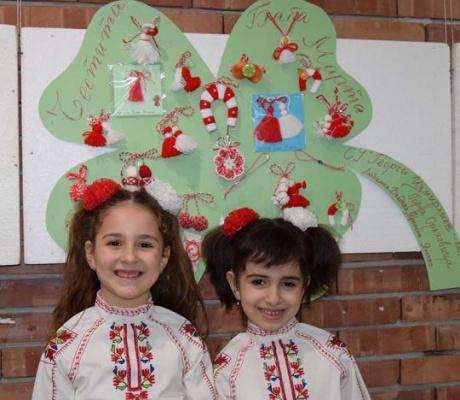 Близо 600 мартеници направиха децата от Общината за традиционната мартенска изложба