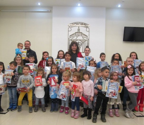 246 коледни картички нарисуваха децата от Община Лясковец