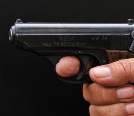 Дядо стреля с пистолет край Ресен