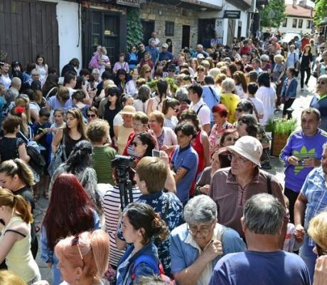 Стотици великотърновци посрещнаха Еньовден на Самоводската чаршия